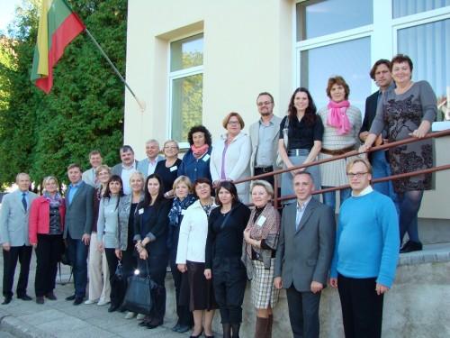 Draugiškame būryje su kolega, Asociacijos kancleriu Sigitu Šliažu atsisveikinus (pirmoje eilėje trečias iš kairės)